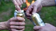 Ob Bier nun aus der Dose oder aus der Flasche besser schmeckt, ist ein Thema für sich.