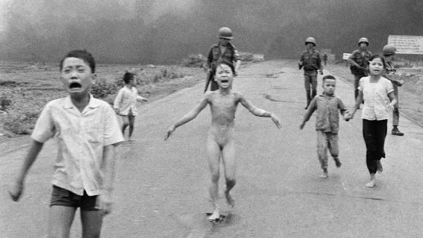 © AP Das Bild des Napalm-Mädchens aus Vietnam hat Facebook gelöscht, sonst schaut der Konzern gerne weg.