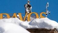 Spezialkräfte der Schweizer Polizei bewachen das Weltwirtschaftsforum in Davos.