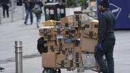 Ungebrochene Nachfrage: Ein Kurier liefert in New York City Amazon-Pakete aus.
