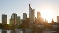 Lichtstrahlen über der Frankfurter Skyline: Derzeit leidet die Wirtschaft und die Finanzbranche, aber bessere Zeiten werden wieder kommen.