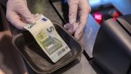 Viele Händler nehmen Bargeld nur noch sehr ungern an.