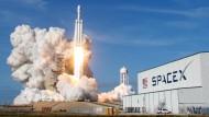 Am Montag will SpaceX bekannt geben, wer mit dem Raumfahrtunternehmen um den Mond fliegt.