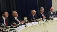 Russlands Präsident Putin hat gerade wichtige deutsche Manager in Sotschi getroffen.