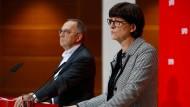 Die SPD-Ko-Vorsitzenden Saskia Esken (rechts) und Norbert Walter-Borjans (rechts) in Berlin im Dezember.