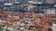 Container stapeln sich im südchinesischen Hafen Yantian. Chinas Konjunkturerholung zieht Staatsfonds an.