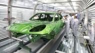 Ein Porsche Macan in der Lackiererei im Werk von Porsche in Leipzig