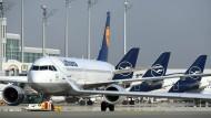 Flugzeug am Schlepper: Lufthansa stehen wohl tiefere Einschnitte bevor.