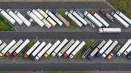 LKW-Parkplatz an einer Autobahn-Raststätte