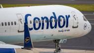 Eine Maschine der Fluggesellschaft Condor rollt über das Vorfeld am Düsseldorfer Flughafen.