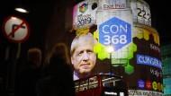 Boris Johnsons Wahlergebnis ist auf das BBC-Gebäude in London projiziert. Nun will er die Medienanstalt verkleinern und reformieren.