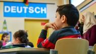 Ein nach Deutschland geflüchtetes Kind in einer Willkommensklasse in Brandenburg: Die Integration stellt das deutsche Schulsystem vor Herausforderungen.