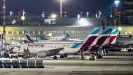 Maschinen der Fluggesellschaft Eurowings stehen auf dem Vorfeld in Düsseldorf.