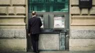 Zahltag: Bankkunde auf dem Paradeplatz in Zürich