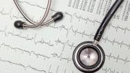 Herzfehler lassen sich am Verlauf des EKGs erkennen.