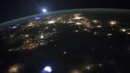 Über manchen Gewitterwolken tut sich Eindrucksvolles: Diesen roten Kobold (links am Horizont) beobachteten Astronauten der Internationalen Raumstation vor vier Jahren beim Blick auf die Erde.