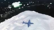 """Schatten über dem Grönlandeis: Kaum irgendwo schmilzt das """"ewige Eis"""" derzeit so schnell wie auf der Polarinsel."""