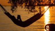 Lernen und dann schaukelnd einschlafen – das Gedächtnis dankt's.