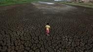 Ein brasilianischer Junge auf dem aufgebrochenen Grund eines ausgetrockneten Wasserreservoirs vor den Toren von Campina Grande in Brasilien