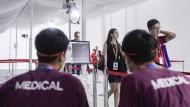 Am 11. Februar bei der Einreise in Singapur: Besucher der Luftfahrtmesse im Changi Exhibition Centre (CEC) werden mit einem Thermoscanner nach Fieber untersucht.