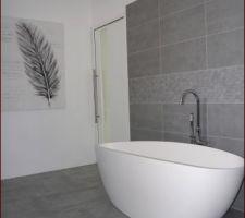 salle de bain sol gris clair