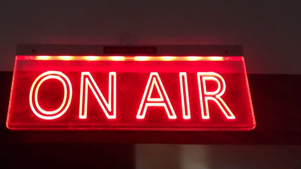 A Manna FM stúdiójánál az élő adást jelző On Air tábla. Fotó: a szerző felvétele