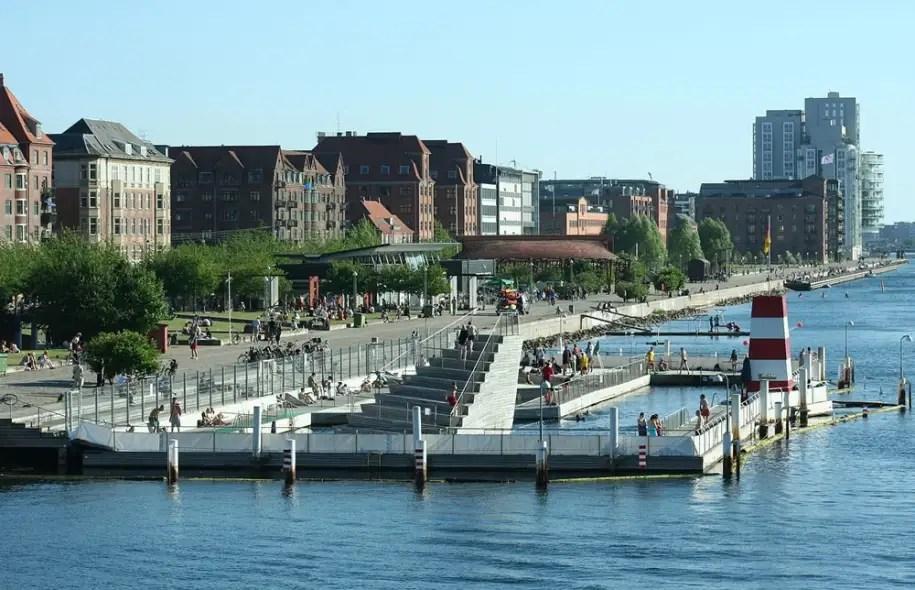 Havneparken est un espace public situé dans la mer Baltique sur les rives d'un quartier de Copenhague où les résidants peuvent se baigner.