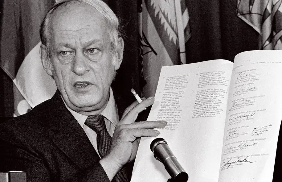 Le 11 novembre 1981, René Lévesque, alors premier ministre du Québec, brandissait l'accord constitutionnel signé par toutes les provinces canadiennes, sauf le Québec.