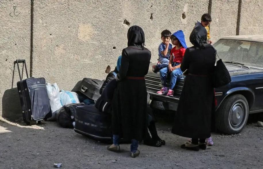 Les familles des combattants rebelles ont commencé à évacuer le quartier deBarzeh, à Damas, lundi.