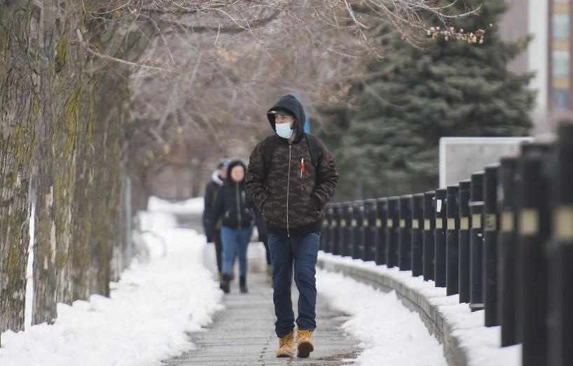 Depuis le 31 décembre, Québec a recensé en moyenne plus de 2500 nouveaux cas de COVID-19 par jour, pour un total de 7663. Le bilan des victimes s'est également alourdi de 121 décès.