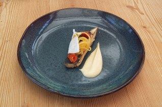 Pastrmka, pena od jetre pastrmke, grejpfrut, asparagus i krema crnog korena