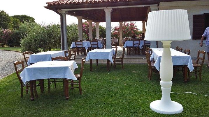 stolovi na travici