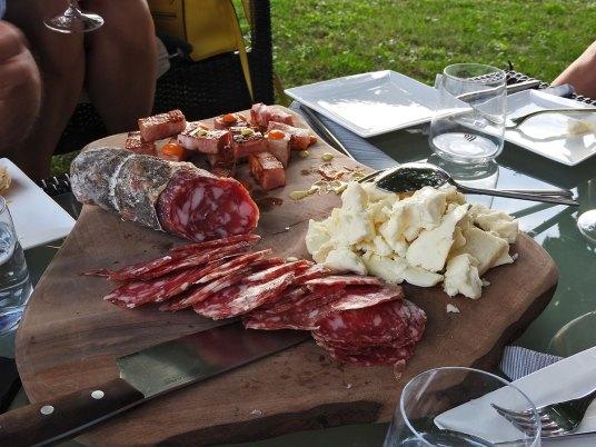 ˝šalamin˝ -domaća salama, slanicica koja se topi i hrska u sito vreme i odličan sir