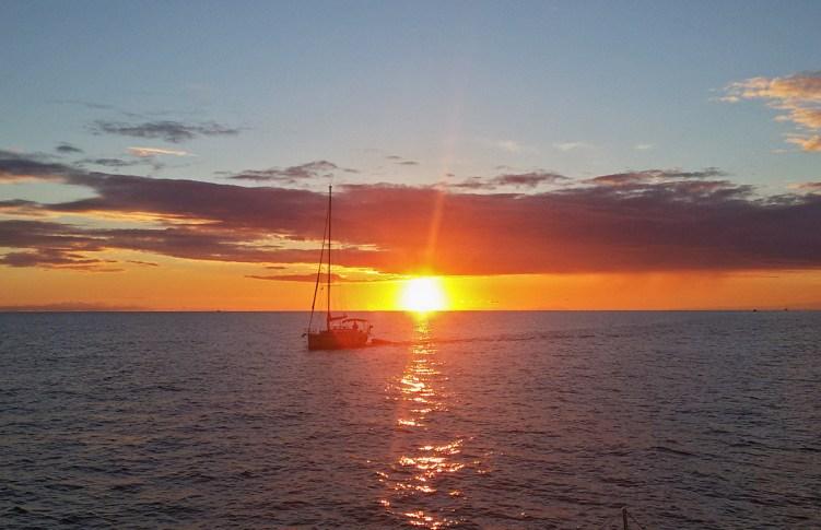 zalazak sunca na moru sa jedrilice