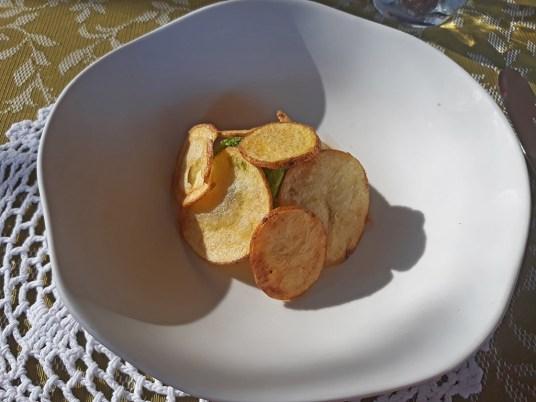 Pileći ragu, krompir sa pilećim želucem, obmotan keljom sve sakriveno ispod extra čipsa od krompira