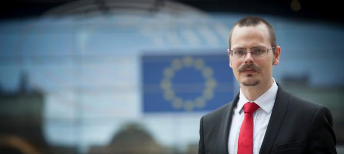 Max Andersson utanför EU-parlamentet