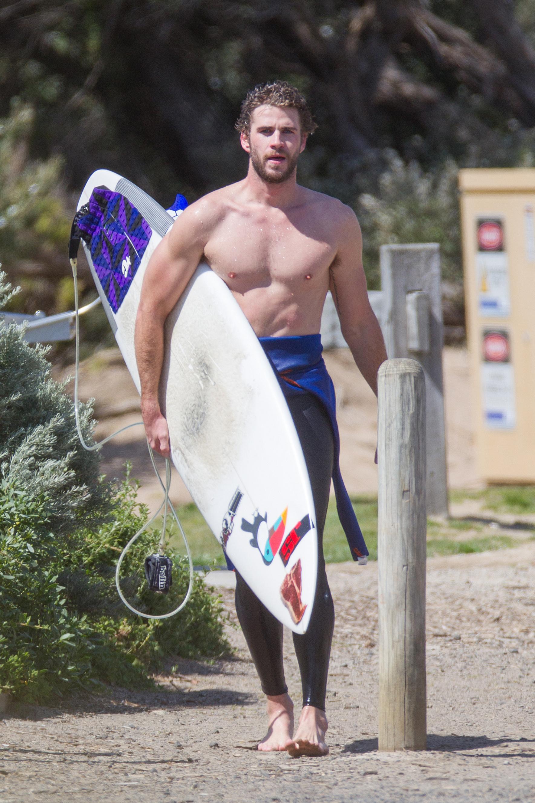 Queste rotture di Liam senza camicia e bagnato Hemsworth vi lasceranno ansante