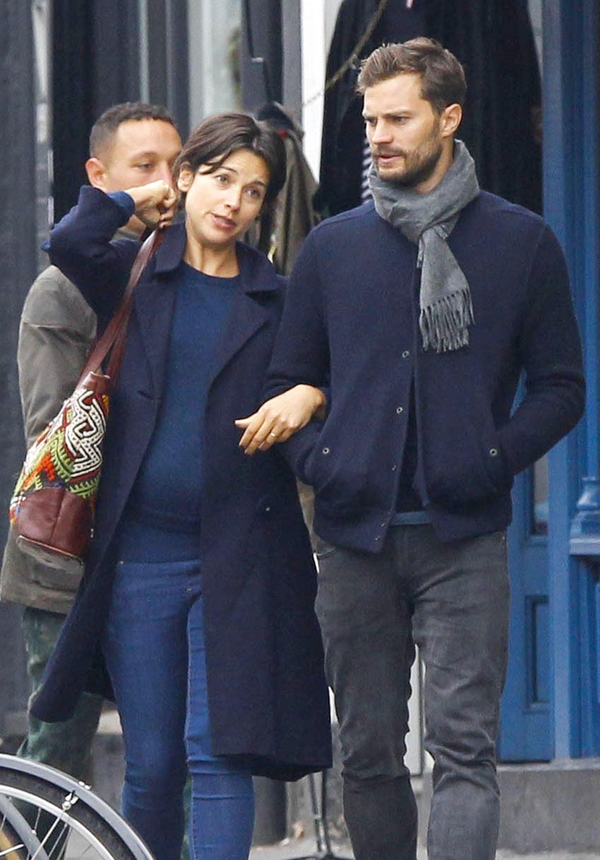 Jamie Dornan e la sua moglie tiene vicino durante la passeggiata di pomeriggio