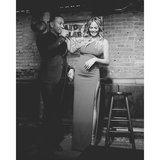 """Serenata Chrissy Teigen di John Legend dellorologio con """"il buon compleanno"""""""