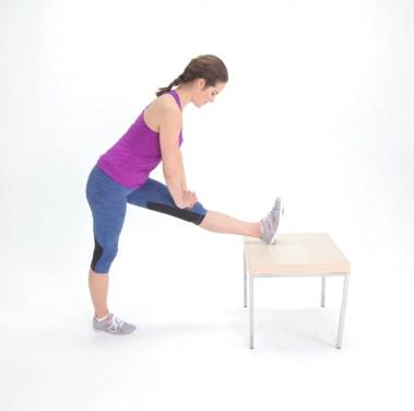 stretching gambe polpacci scrivania sedia hamstring popsugar fitness
