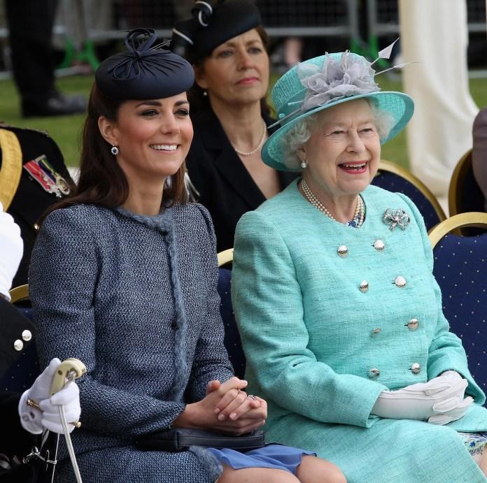 Nottingham, Angleterre - 13 juin: Catherine, la duchesse de Cambridge et la reine Elizabeth II sourient alors qu'ils visitent Vernon Park lors d'une visite du jubilé de diamant à Nottingham le 13 juin 2012 à Nottingham, en Angleterre. (Photo de Chris Jackson / Getty Images)