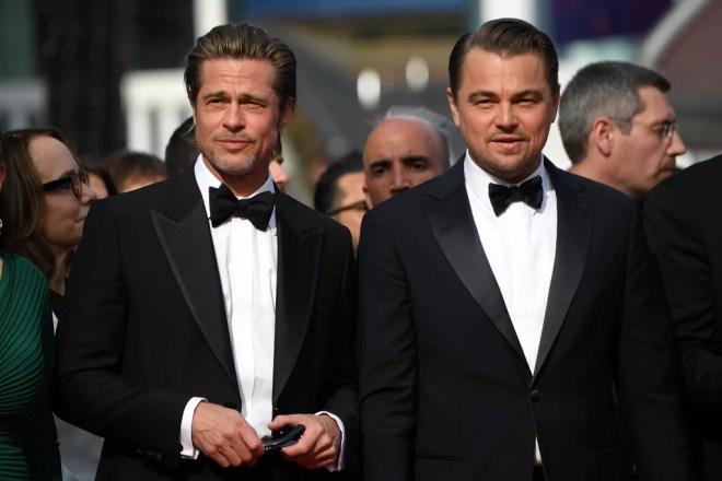 """Quando ho saputo per la prima volta che Leonardo DiCaprio e Brad Pitt sarebbero apparsi al Festival di Cannes di quest'anno, sapevo di essere pronto per una sorpresa, ma di certo non mi aspettavo di essere così svenuta.  Martedì, gli attori hanno colpito il tappeto rosso per la prima di Once Upon a Time a Hollywood, e quasi insultano quanto fossero belli.  Indossati in smoking neri abbinati, Leo e Brad probabilmente hanno fuso tutti al festival in pozzanghere mentre mostravano i loro sorrisi sexy e posavano per le foto con il resto del cast, tra cui Margot Robbie e il regista Quentin Tarantino.  La gita glamour segna la prima volta di Brad al festival dal 2012 - wow, come è passato tanto tempo?  Leo, d'altra parte, è stato recentemente visto essere l'ultimo fidanzato di Instagram per la fidanzata Camila Morrone durante il fine settimana.  Once Upon a Time a Hollywood è descritto come """"una versione unica degli omicidi della famiglia Manson"""".  """"Si svolge al culmine dell'esplosione della controcultura, al culmine della rivoluzione hippy e al culmine di una nuova Hollywood"""", ha spiegato Quentin al CinemaCon nel 2018. """"Durante questa estate, lo faremo, a poco a poco , strada per strada, blocco per blocco, trasforma Los Angeles nell'era psichedelica di Hollywood nel 1969. """"  Il film uscirà nelle sale il 26 luglio 2019. Correlati: il ruolo significativo che Charles Manson recita in C'era una volta a Hollywood"""