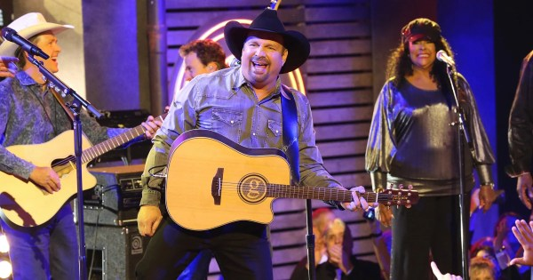 Garth Brooks says ahead of Detroit concert he tries