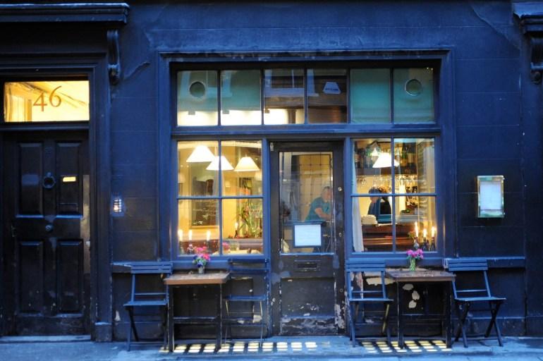 """Andrew Edmunds på 46 Lexington Street rekommenderas till alla som söker en restaurang """"Where to eat with amorous intent"""" och chanserna är tydligen stora att """"we will become great friends or end up in bed together."""""""