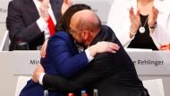 Geschafft: Martin Schulz und Andrea Nahles fallen sich nach dem Votum der SPD-Delegierten erleichtert in die Arme.
