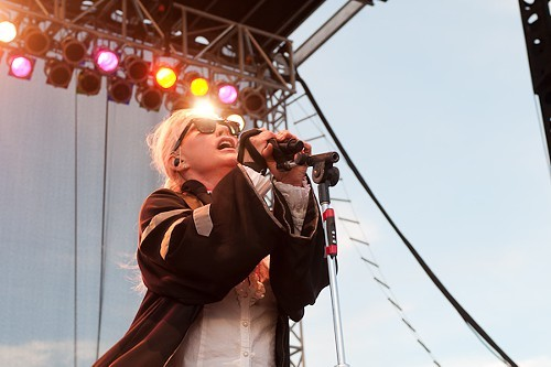 Says the Readers Leor Galil: Debbie Harry came out wearing a black dunce cap and a huge black cloak, and several songs into the set Blondie covered Beastie Boys. Never thought Id see either of those two things happen.