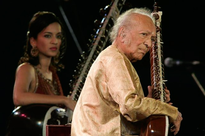 Ravi Shankar in a concert with his daughter Anoushka: Mumbai 2011?