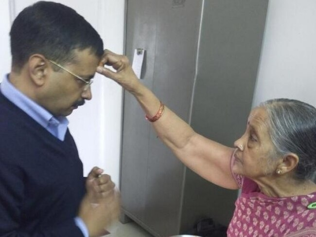 Arvind Kejriwal with his mother before leaving for swearing-in ceremony.