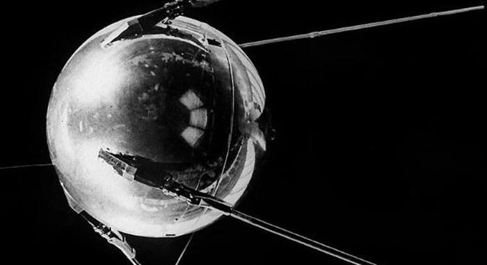 स्पूतनिक औचक से आया. किसी ने उम्मीद नहीं की थी कि सोवियत इतनी जल्दी और यकायक इतना आगे बढ़ जाएगा. 4 अक्टूबर, 1957 की ये तारीख ऐतिहासिक थी.