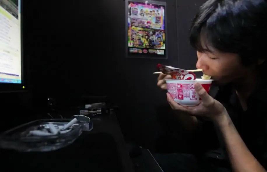 Scène tirée du documentaire Les réfugiés des Net Café de Shiho Fukada